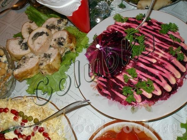 """Тут салатик """"Шубка"""" и слева видны рулетики из куриной грудки с грибочками (рецептик здешний от Ирин..."""