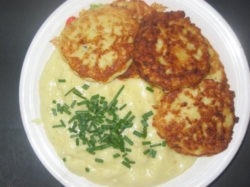 Рыбные котлеты с картофельным пюре и салатом (помидор, зел