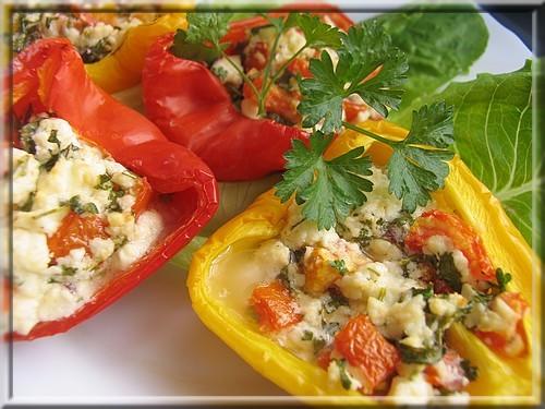 Перцы с фетой и овощами, запеченные в духовке на 2 перца около 100г феты 1 маленький помидор, очище...