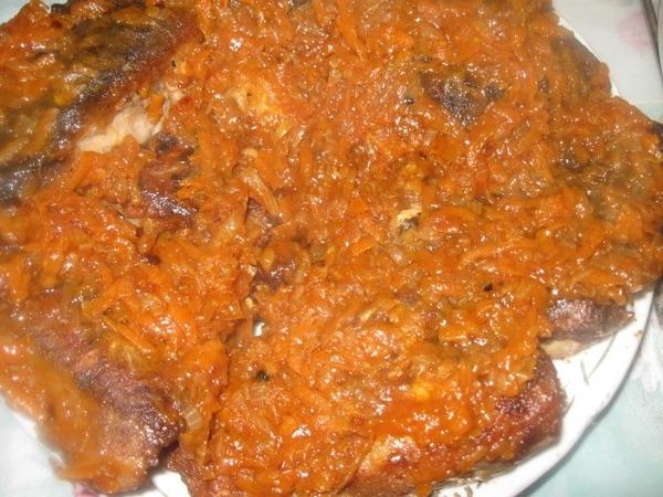 Жареную рыбу выкладываем на тарелку или блюдо 1 слоем и поливаем (практически выкладываем) слой кип... - 2