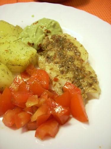 Очень вкусная, пряная рыба с прекрасным аккомпаниментом- нежным гуакамоле и острой томатной сальсой