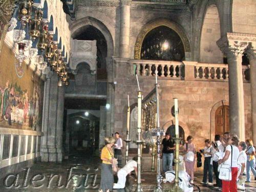 Войдя в храм, оказываемся в темном зале, где на полу лежит Камень Помазания – плита, на которой омы... - 4