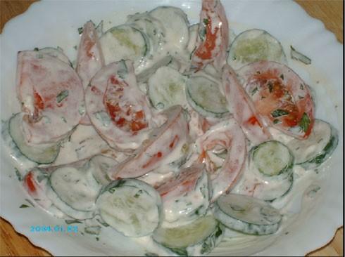 Теперь укладываем помидоры сверху овощей, присаливаем и ставим в горячую духовку - 3