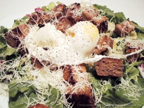 Салат с яйцами пашот и теплым соусом