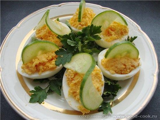 фаршированых яиц великое множество, есть начинки соленые, копченые, сладко-кислые, острые