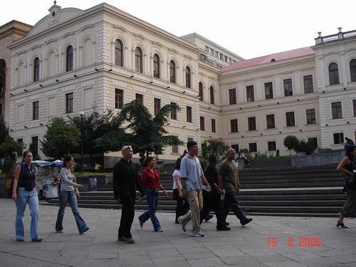 Это - первая гимназия, а перед ней - памятник Акаки Церетели и Ильи Чавчавадзе (выдающиеся грузинск...