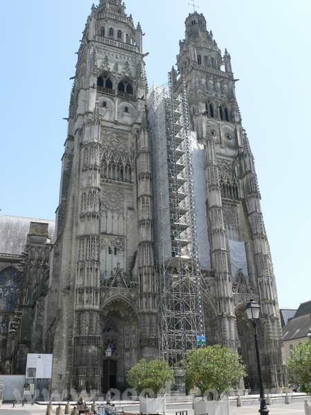 А это пусть не замок, а собор, в Tours, но меня он так впечатлил