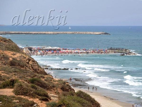 С высоты вдали можно разглядеть пляж