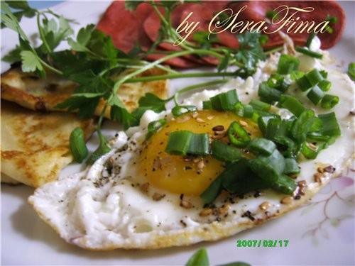 Завтрак - блинчики, яйца, колбаска поджаренная, петрушка