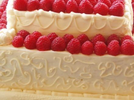 Е`тим тортом, я думаю, можно накормить небольшую, человек на 50 , свадьбу - 2