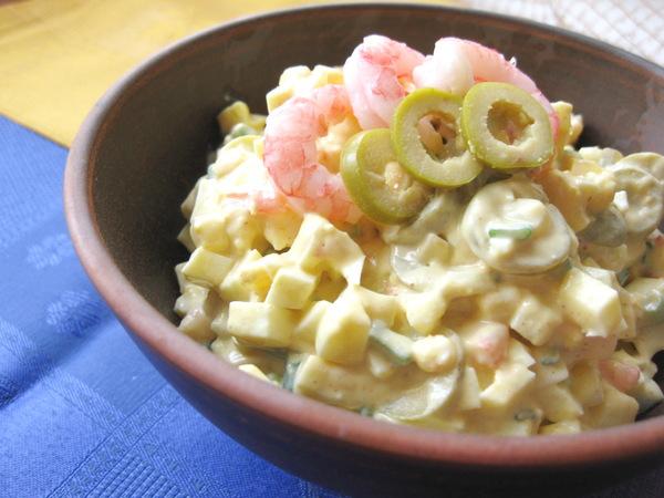 Яичный салат с креветками и оливками