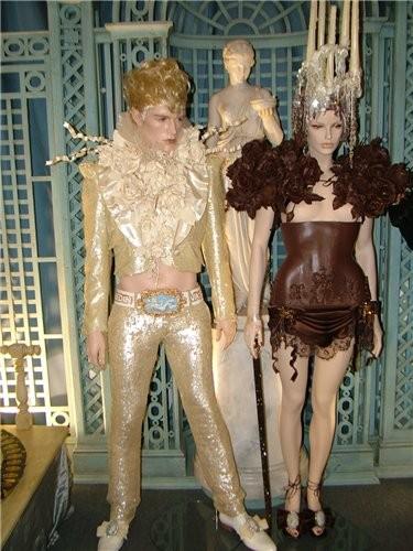 Это костюмы с показа они из шоколада мастер за работой, а на заднем плане еще один шоколадный фонта... - 4