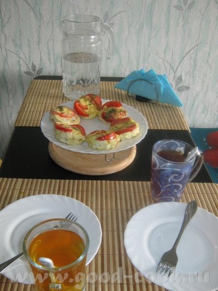 Просто яичница с сыром, грибным соусом, гренками и помидором, запеченая вч духовке