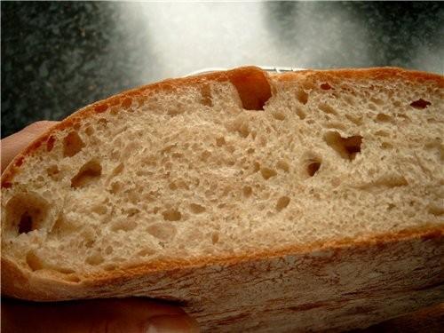 Очень вкусный хлеб с пористым мякишем и хорошей, хоть и не сильно хрустящей, корочкой