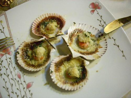Мидии из Шаранта Mouclade Запечённые морские гребешки с пармезаном Устрицы, запечённые на соли со с... - 2