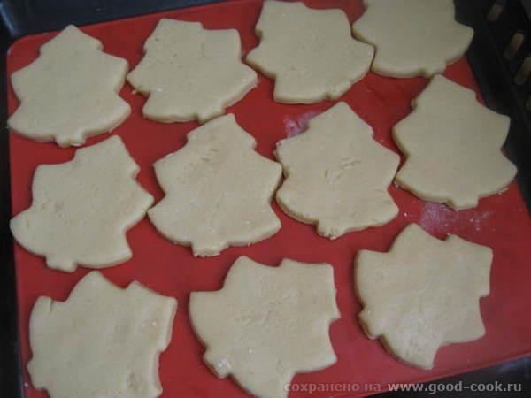 Вырезанное печенье помещаем на силиконовый коврик или бумагу для выпечки