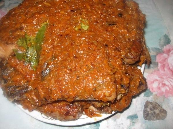 Жареную рыбу выкладываем на тарелку или блюдо 1 слоем и поливаем (практически выкладываем) слой кип... - 5
