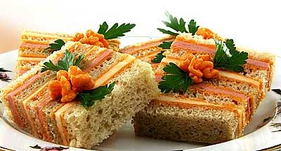 Кажется я подсела на полосатые бутерброды Сливочное масло взбейте, постепенно добавляя плавленый сы... - 2