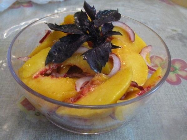 Выкладываем к персикам лук с маринадом, перемешиваем, добавляем оливковое масло и оставляем минут н... - 2