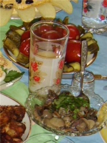 свежие помидорчики, перчик и огуречик а дальше маринованные грибочки и соленья - 3