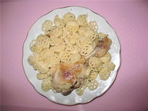 А вот наш сегодняшний ужин: макарошки с курицей и десертик - нежное суфле от Вики- SeraFimы