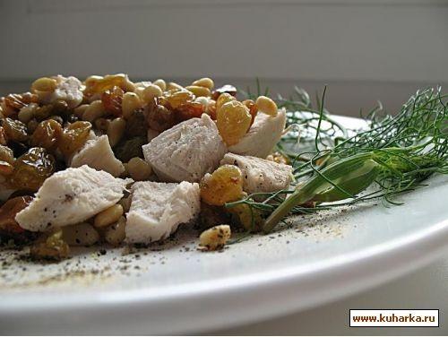 венецианский салат 400 г куриного филе,100 г изюма,100 г кедровых орешков,1 апельсин,листья салата,...