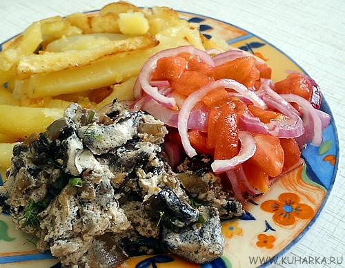 Сегодня на ужин у нас была жареная картошка с грибами, тушеными в сметане, и маринованный лук с пом...
