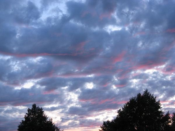 Вчера был такой закат и сняла облака подсвеченные этим малиновым закатом, очень красиво было