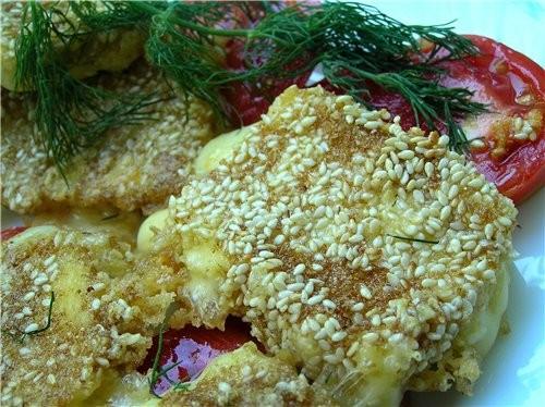 Сыр, жареный в панировке из кунжута