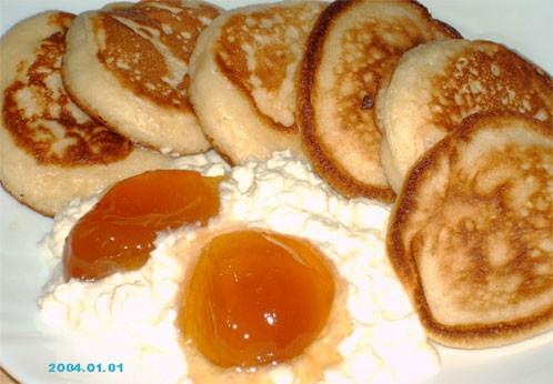 Угощайтесь оладушками со взбитыми сливками и абрикосовым вареньем