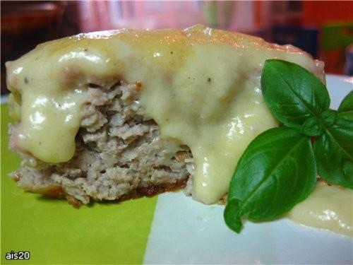 Мясная запеканка под сырным соусом Ингредиенты: - 700-800 г мяса по вкусу (у меня свинина) - 2-3 ло...