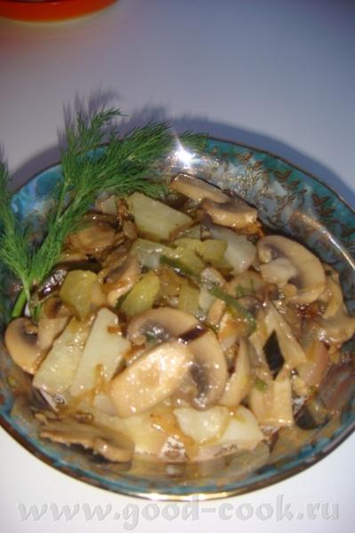 Картофельный салат с солеными огурцами и грибами 4 крупные картофелины 4 соленых огурца 1 красная л... - 2