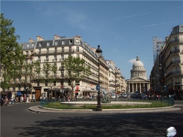 В одном из пригородов Парижа, Где к окнам ластится тишина, В одном из пригородов Парижа Луна изыска... - 3