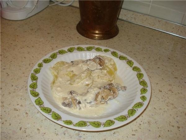 Кабачки с грибами, тушеные в сметане