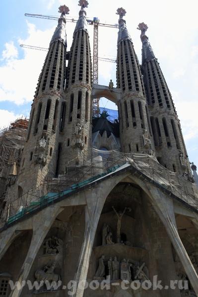 Следующая остановка была у собора Саграда де Фамилия, который строится уже более 50 лет, и тоже по... - 2
