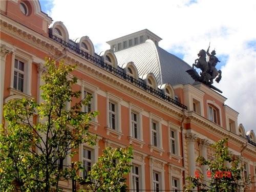 раматический театр фигура Георгия -победоносца на одном из зданий в центре Вильнюса магазин с литов... - 2