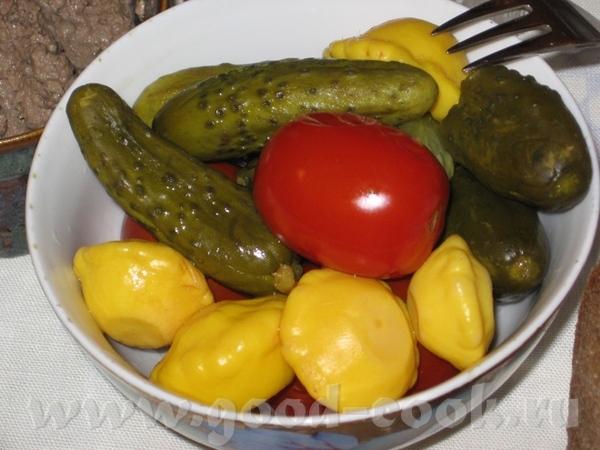 И снова пятничный ужин, ханукальный: (масло, много масла ) Капустный салат обыкновенный, с редиской...