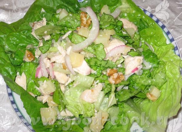 """салат """"Гурман"""" копченная рыба и просто нарезанные помидоры и огурцы"""