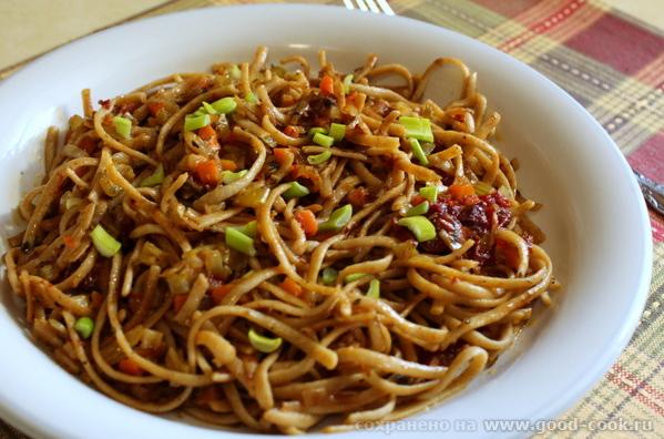 Гречневые спагетти с вялеными томатами