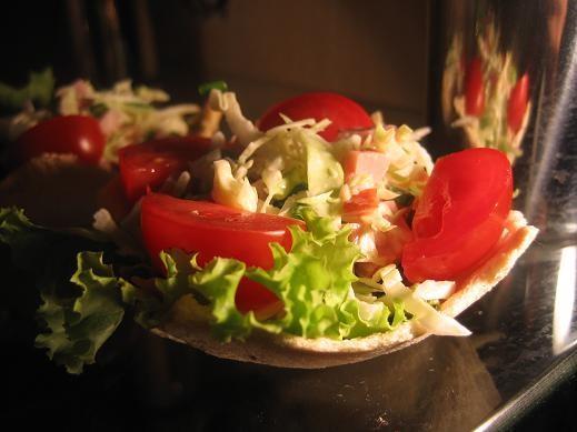 по-моему у Макош я видела описание хлебных корзинок-вот они а салат простенький-капуста пряное мясо...