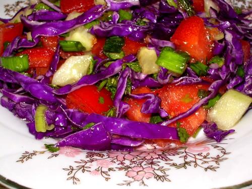 Капустный салат 3 крупных листа красной капусты 1 крупный помидор 1 средний огурец 1 перо зелёного...