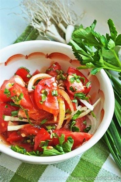 Салат из помидоров с заправкой на основе томатного сока 4 крупных спелых томата 1 крупная салатная луковица печок свеж...