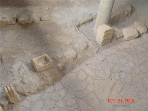 Место раскопок,каменная мостовая и домашняя утварь того времени - 2