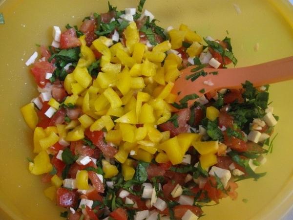 Неожиданно в холодильнике обнаружился еще кусочек желтого болгарского перца – добавляем его также (...