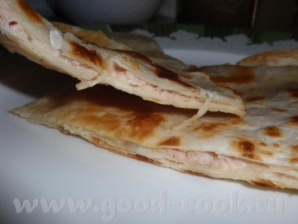 Тортилью намазала плавленным сыром и посыпала тертым копченым мяском накрыла другой тортильей