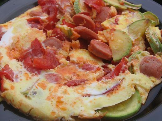 яичница с кабачками,помидорами,сосисками