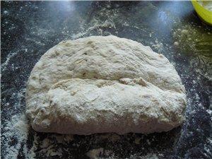 Формирование овальной булки : Разворачиваем тесто, не сложенная часть находится перед нами и делаем... - 3