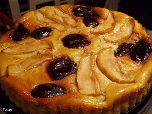 Творожный пирог с яблоками и сливами из варенья