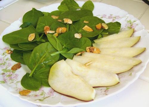 А если нет клубники или кто-то в семье у вас ее не ест, то рекомендую Салат из шпината с грушей шпи...
