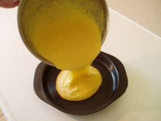 Вмешиваем смесь из кукурузной муки из маленькой чашки и жир (или масло) - 2
